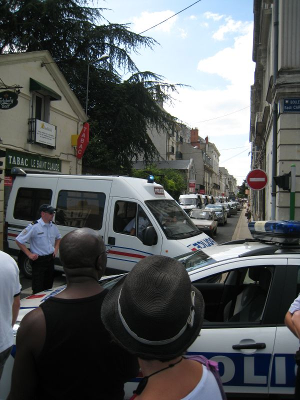7 cars CRS + 1 Police nationale.jpg